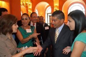La empresaria ecuatoriana Isabel Noboa, le extiende la mano al alcalde de Yabucoa, Rafael Surillo Ruiz.