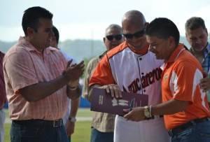 El alcalde de Yabucoa, Rafael Surillo Ruiz , declaró a Edward Alvarado, ciudadano distinguido de la ciudad durante la ceremonia de retiro del numero 16 de este receptor Guante de Oro . A la izquierda, el representante Ramón Luis Cruz Burgos.