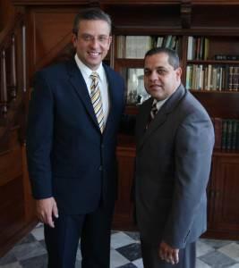 El Gobernador de Puerto Rico, Alejandro García Padilla recibe de manos del representante Narden Jaime Espinosa una carpeta llena de proyectos, resoluciones y peticiones para el desarrollo del Distrito 35.