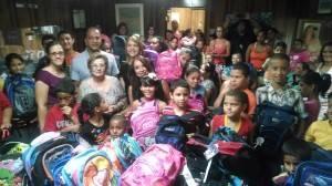 El alcalde de Las Piedras, Micky López, su esposa Myriam Aponte, la primera dama de Humacao Rosa Plumey de Trujillo y la periodista Zoraida Nelly Torres, comparten con los niños que llegaron a WALO.