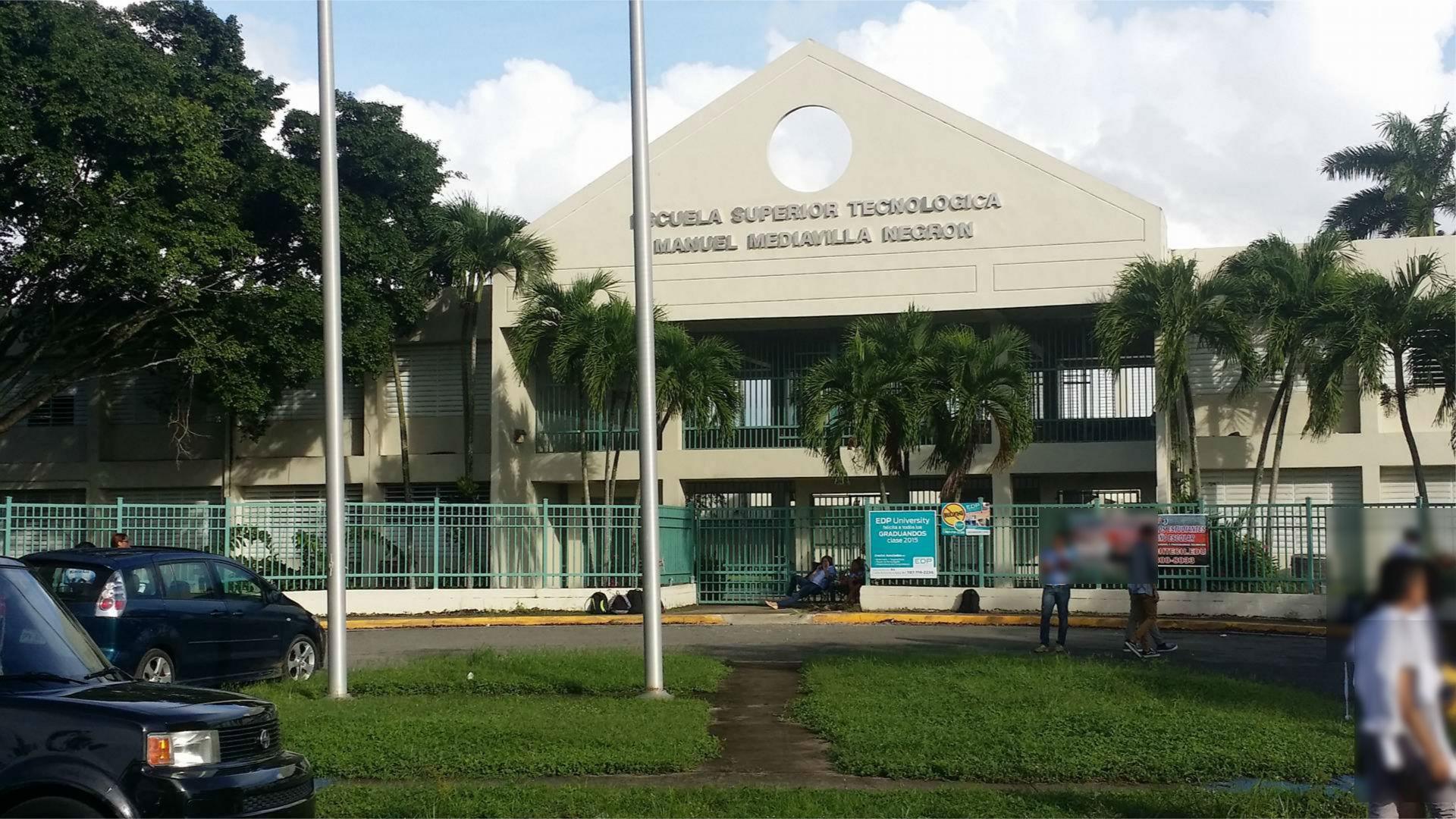 Solo algunos estudiantes estaban en la fachada principal de la escuela. Los estudiantes no cogieron clases durante horas de la mañana.